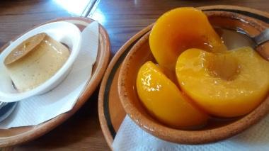 Flan y duraznos en almíbar